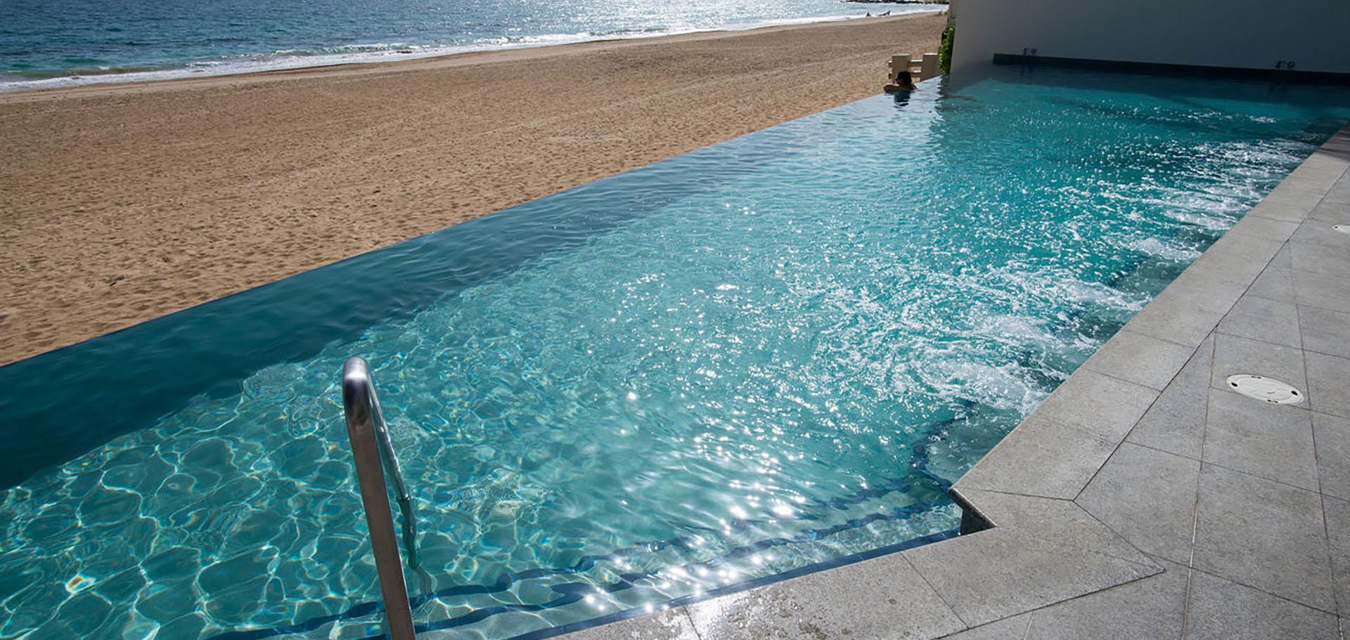 Dise a tu piscina piscinas green grey for Bordes decorativos para piscinas